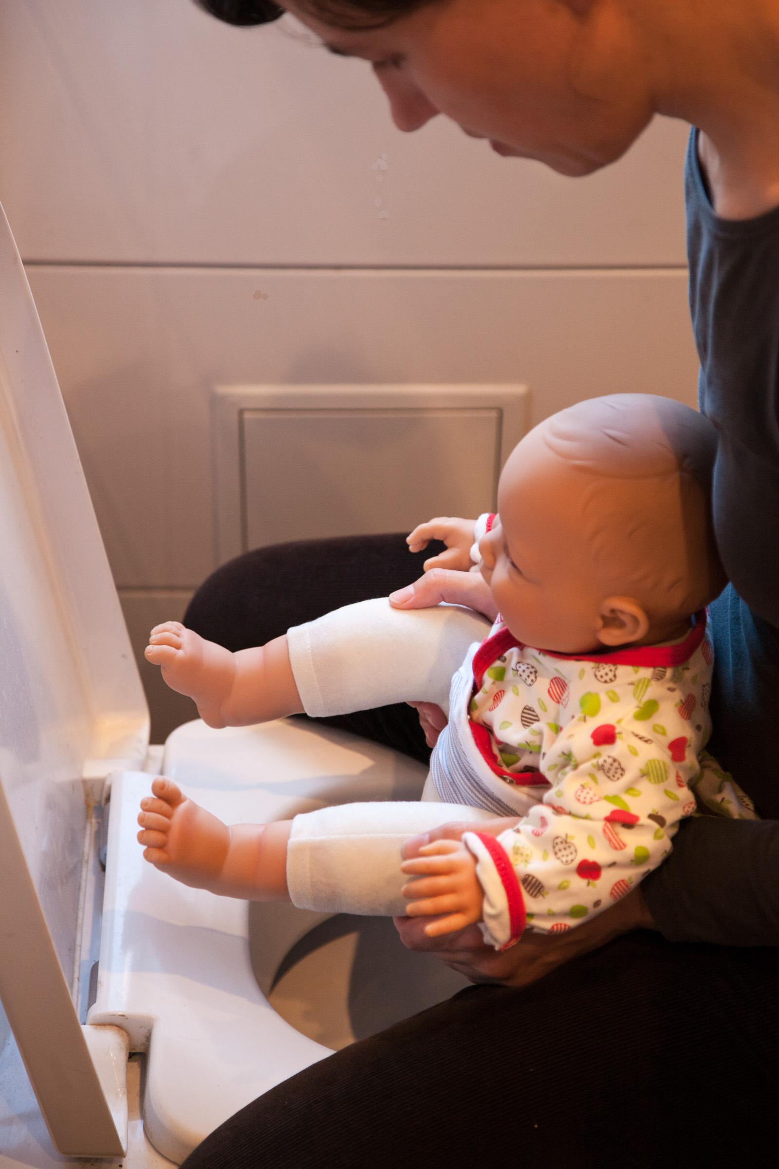 Windelfrei praktizieren heißt, das Baby über der Toilette abzuhalten