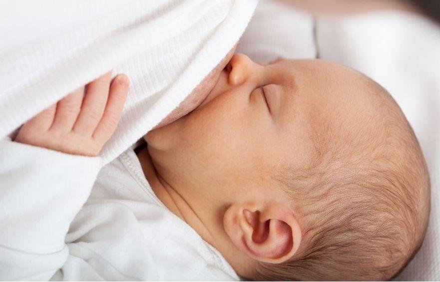 Baby schläft an der Brust ein